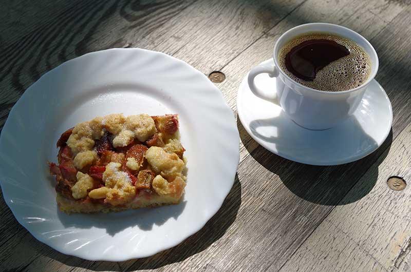Blechkuchen mit Kaffee