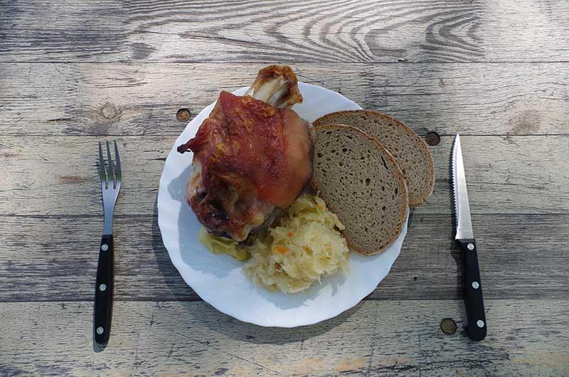 Haxe mit Brot, Sauerkraut & Senf