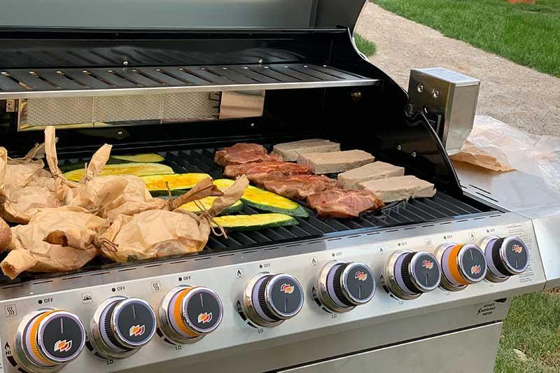frisch gegrilltes Steak, Bratwurst oder Gemüse